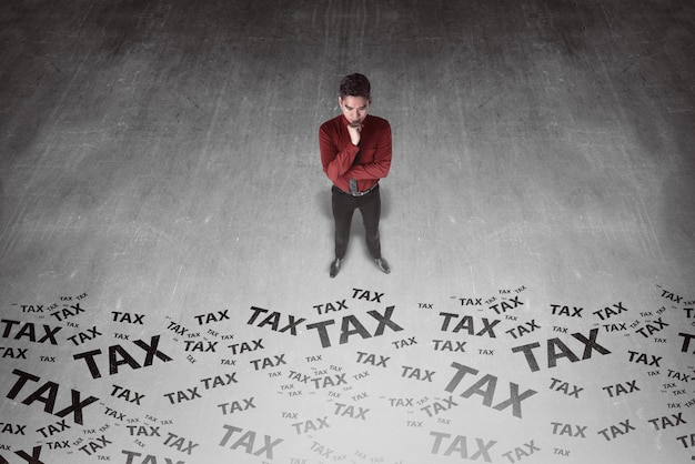 納税書をお探しのアジアビジネスの男性