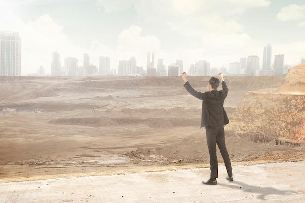 破壊された街を見てアジアのビジネスマン