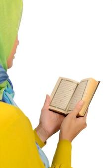 コランを読んでヒジャブの女性