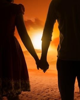 Молодая пара силуэт на пляже