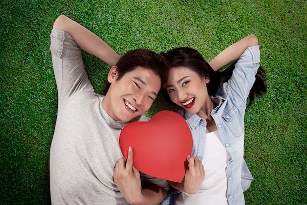 男と女の赤いハートを保持の肖像画
