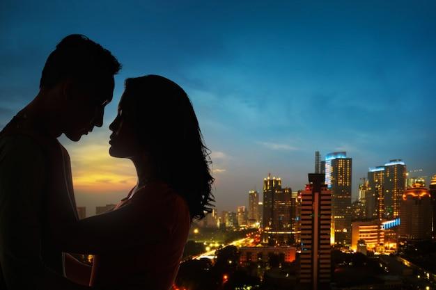 屋上のカップルのシルエット