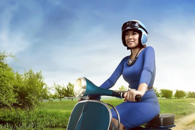 Красивая женщина верхом скутер