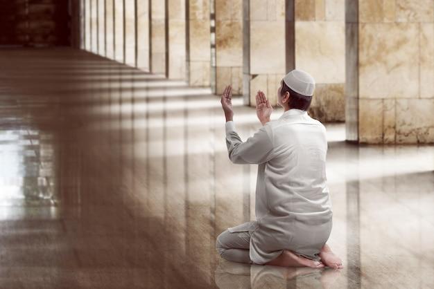 祈っている宗教的なイスラム教徒の男性