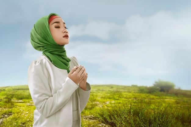 アジアの若いイスラム教徒の女性がヒジャーブスタイルで美しさを見る