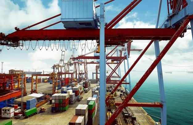 コンテナーとクレーンの背景を持つ空の港