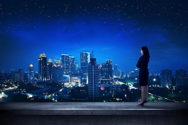 Азиатский деловой человек, стоящий на крыше