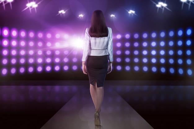背面図アジアモデルの女性