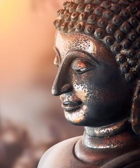 Бронзовая статуя старого будды