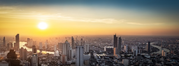 日没のタイ都市景観