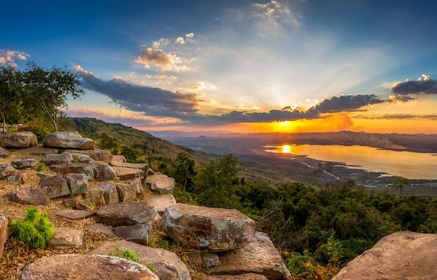 山の風景の夕日