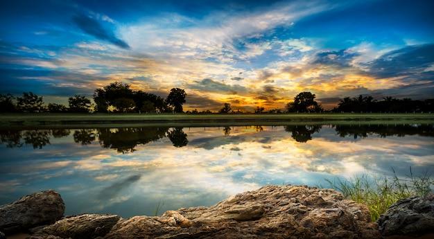 Закат на берегу реки
