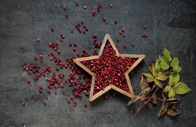Клюква и декор в форме звезды