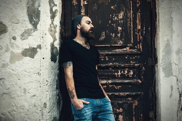 Портрет брутального бородатого мужчины в пустой футболке
