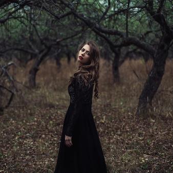 Красивая девушка в черном винтажном платье