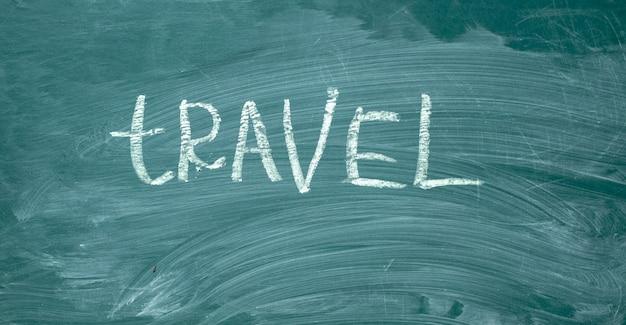 Путешествие это от руки с белым мелом на зеленой доске.