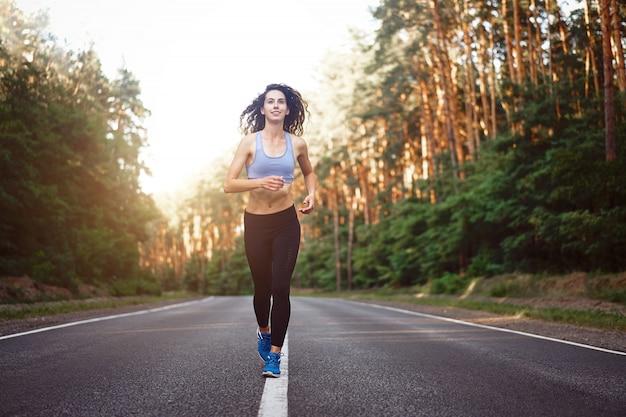 屋外を走っている女性
