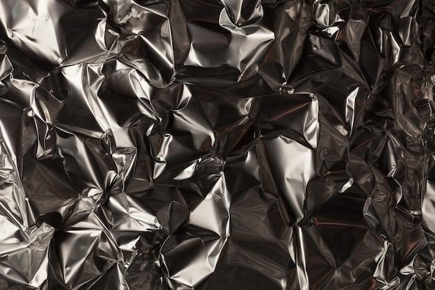 Полный кадр из листа мятой серебряной алюминиевой фольги