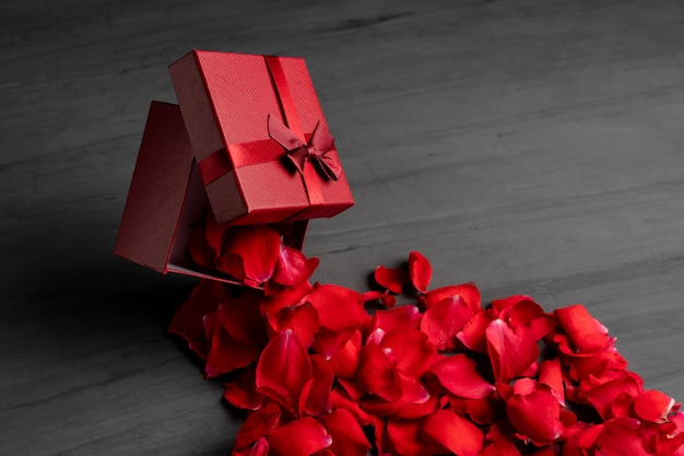 Красная квадратная подарочная коробка от темноты