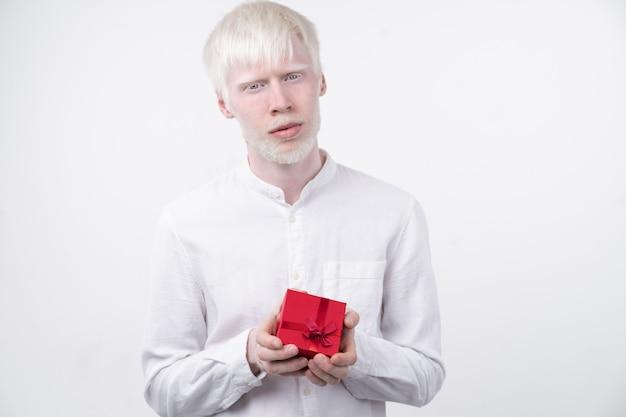 Человек-альбинос в студии одел футболку изолирован на белом