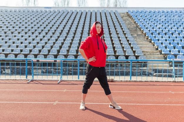 Портрет красивой кавказской девушки спортсмена