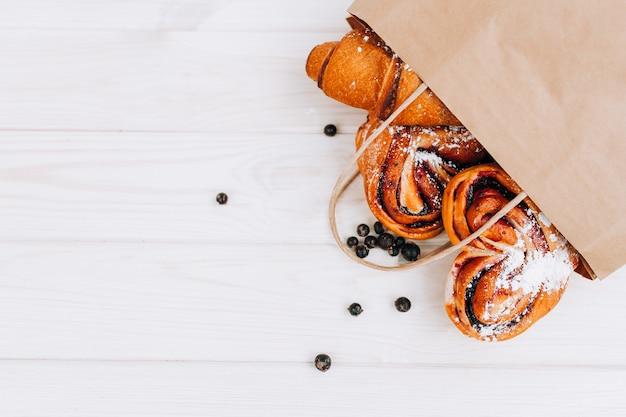 テーブルの上のベリーの詰め物とパン
