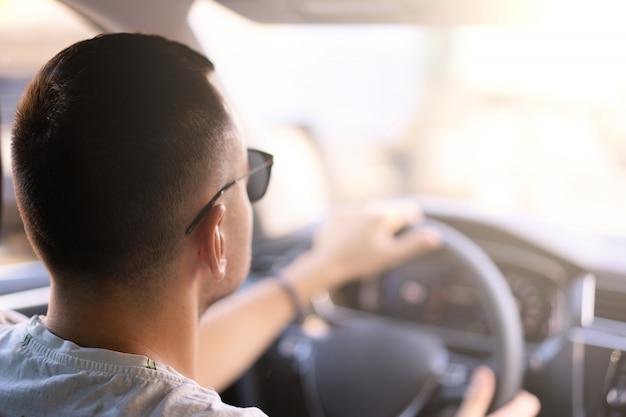 Молодой человек кавказской сидя автомобиль вид сзади