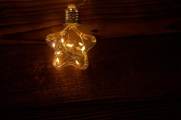 明るく輝くクリスマスの花輪