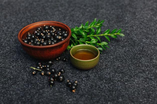 Традиционная китайская чайная церемония с черной смородиной, фруктовым чаем и здоровой пищей.