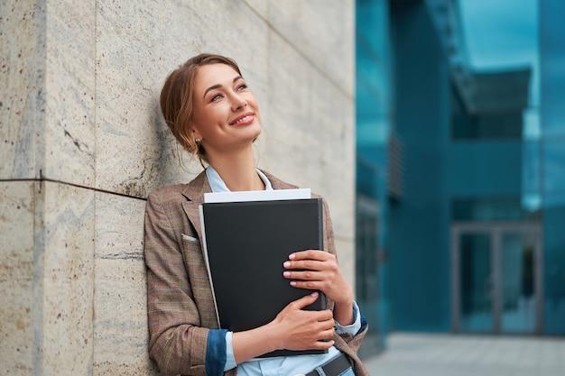 Деловая женщина успешная женщина деловой человек открытый