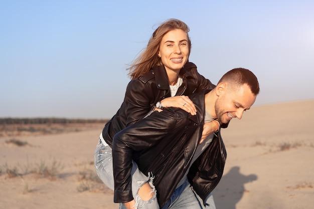 Влюбленная пара в кожаных куртках