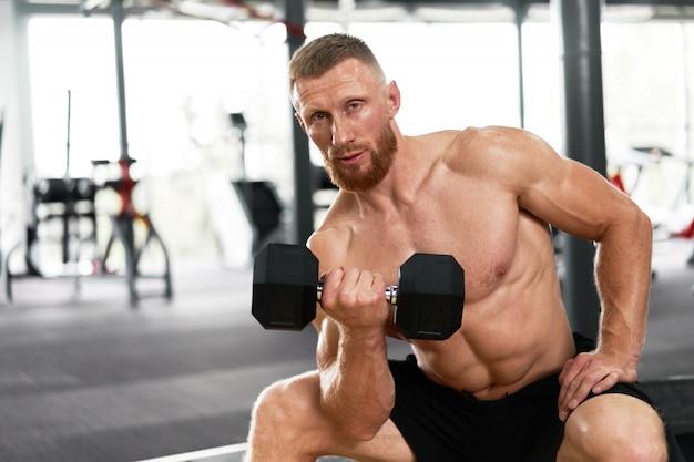 ジム選手の上腕二頭筋運動ダンベル
