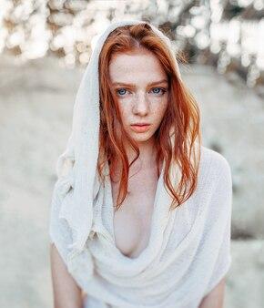 美しい赤い髪の少女の肖像画を閉じる