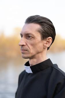 Портрет красивый католический священник или пастор с воротником