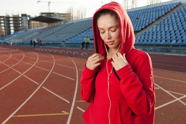 美しい白人の女の子の運動選手の肖像画