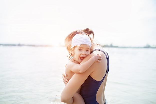 母親と赤ちゃんは水に。