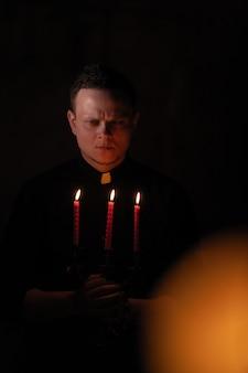 Портрет красивого католического священника или пастора