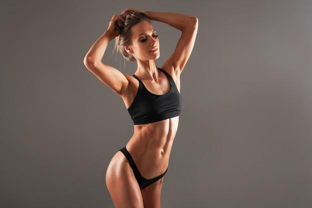 健康な女性の体、ウエストライン。スリムな女性の胴体、ウエスト、腹、腹部をクローズアップ。