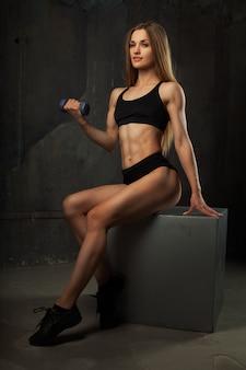 筋肉質の若い女性アスリートの画像