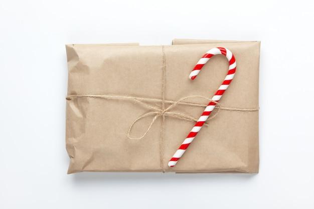 Рождественский подарок, завернутый в коричневую крафт-бумагу