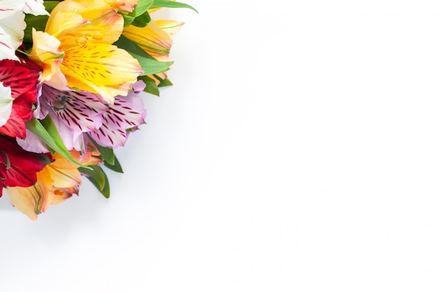 白地にカラフルな花アルストロメリアの花束。平らに置きます。水平です。
