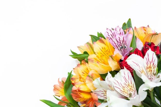 白地に色とりどりの花のアルストロメリアの花束