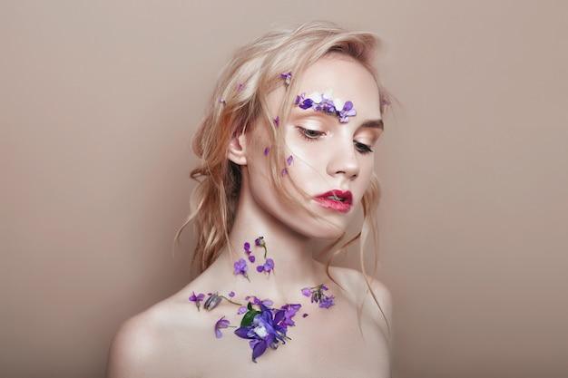 顔に花びらを持つ肖像画金髪女性