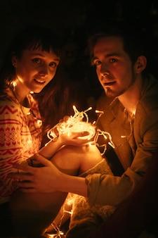 Пара в любви, обнимая ночью. любящие объятия