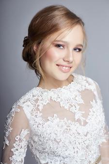 豪華な白いウェディングドレスの若い花嫁