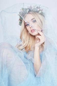 妖精女青いエーテルのドレスと頭に花輪を捧げる