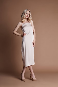 金髪の長い美しいドレスでファッション金髪