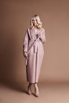 ファッションショーの服、完璧な体型を持つ女性