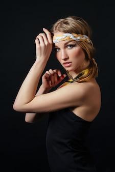 アメリカインディアンの服装で完璧な女性