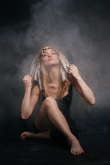 アメリカインディアンの煙の中で完璧な女